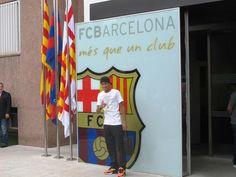 Globoesporte.com Neymar chega ao estádio do Barça e posa para fotos em frente ao escudo do clube. 03/06/2013.