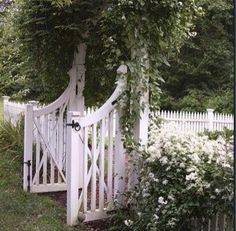 Classic garden design ideas for your outdoor area - Fresh ideas for the interior, decoration and landscape - Garden design ideas white clematis white garden gate fence made of wood - White Garden Fence, Garden Fencing, White Fence, Fenced Garden, Picket Fence Garden, Picket Fences, White Picket Fence, Tor Design, Gate Design