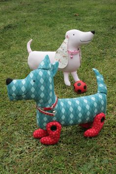 They would be fun to make. The doggies look happy and I like the way the red legs are attached.