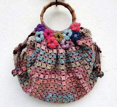 Fat Bottomed Bags - 1 big granny square made into a purse. Free pattern here: http://gosyo.co.jp/english/pattern/eHTML/ePDF/1007/1w2w/29-210-44_Striped_Bag.pdf