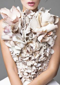 Krikor Jabotian Couture Spring 2016 ~ looks like a plate of empty clan shells Runway Fashion, Fashion Art, High Fashion, Fashion Show, Fashion Design, Dior Haute Couture, Couture Details, Fashion Details, Krikor Jabotian