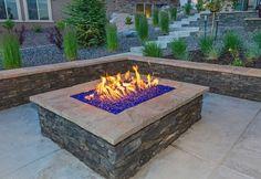 Feuerglas blau in Feuerstelle, gemauerte Feuerstelle,  Eine Feuerstelle kann aus Beton, Metall oder Steinen gebaut werden. Sitzgelegenheiten um die Feuerstelle herum sind gemütlich und ergänzen die Gartengestaltung toll. Die Feuerstelle kann in Form einer Feuerschale sein oder aber ein fester Ort sein wo das Lagerfeuer in Ruhe brennen kann.