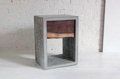 Hos Home Made Modern visar de hur en gör ett litet sängbord i betong med en låda i valnöt. Vad de har använt som gjutform? Lego! Se fler bilder och en tydlig guide på Home Made Modern....