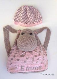 Gorro y mochila crochet Una mochila con hipopótamo a cuesta y gorro a juego todo realizado a ganchillo.