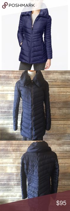 "✳️SALE✳️Marc New York Pillow Collar Puffer Jacket Marc New York by Andrew Marc pillow collar puffer jacket. Excellent warm jacket for winter. Has to zipped pocket which are fleece lined. Two fleece cuffs at wrist to keep your arms warm. Zips all the way up so the collar can be like a scarf. Navy color   Measurements  Pit to pit 23"" Length 31""   ✔️ Bundle Discounts  ✔️ Reasonable Offers through offer button  ❌ Low Balling  ❌ Trades Andrew Marc Jackets & Coats Puffers"