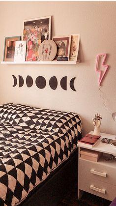 Quarto com a nossa Moon Phases de Cortiça e o Led Neon Raio Cute Room Decor, Room Decor Bedroom, Aesthetic Bedroom, Dream Rooms, House Rooms, Girl Room, Decoration, Led Neon, Home Decor