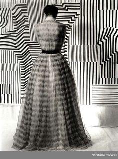 OP Art at Lilijevalchs, 1952 (photo by Kerstin Bernhard) Op Art, Vintage Street Fashion, 1950s Fashion, Victor Vasarely, Paper Fashion, Arty Fashion, Image Fashion, Vintage Fashion Photography, Shades Of Black