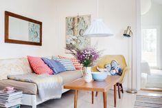 Tuvan sohvat tehtiin vanhoista kerrossängyistä ja mummon sohvapöytä sai uuden lakan pintaansa. Muuten kalustus on kirpputorilöytöjä.