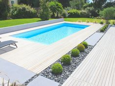 La piscine paysagée par l'esprit piscine – x 4 m Revêtement blanc Escalier… The swimming pool landscaped by the swimming pool spirit – x 4 m White coating Straight staircase across the width … Swimming Pool Landscaping, Swiming Pool, Swimming Pools Backyard, Swimming Pool Designs, Backyard Pool Designs, Small Backyard Pools, Outdoor Pool, Pool Landscape Design, Modern Garden Design