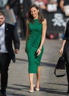 Estou adorando o estilo da Gal Gadot! Por isso, trouxe uma ótima inspiração de look, que ela usou recentemente.  Trata-se de um vestido lápis verde, lindíssimo, com scarpin nude. Combinação prática e fashion para ocasiões pouco formais. #style #green #pencildress