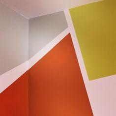 Un Tour Chez Nous - Le magazine #design #décoration #peinture #mur #gris #vert #orange #leroymerlin #chambre #enfant #graphique