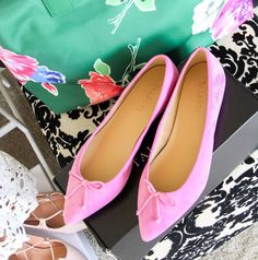 @sarahlzerbe blogger packs these pop of pink ballet flats for her trip to go with everything in her luggage (and closet)