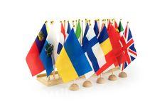 Holzständer mit 44 Stofffahnen der Länder Europas Malta, Ukraine, Montessori Materials, Outdoor Decor, Home Decor, Europe, Moldova, Macedonia, Bulgaria