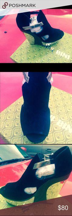 Gianni Bini - Sandal Sandal, open toe, black suede, gold side & heel. Gianni Bini Shoes Sandals