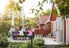 According to a recent survey, buyers rank the outdoor staple as higher on their dream house wish list than a back deck, front porch, or pool. But what's the big deal about a spacious backyard? Indoor Outdoor Living, Outdoor Spaces, Outdoor Decor, Bergen, Zone Rurale, Large Backyard, Le Havre, Canada Day, Open Plan Living