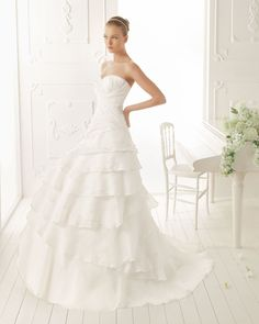 VERNE - Organza dress with lace trim, in ecru  T50 Pearl tiara, in ecru