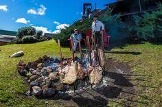 A gastronomia vai desde o tradicional churrasco no fogo de chão, passando pelas panelas de ferro das cozinheiras locais até ganharem temperos inusitados do nosso chef. #paradorcasadamontanha #ecovillage #cambaradosul #churrasco #experiencias #gastronomia