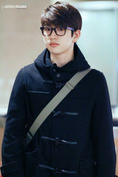 #Jinyoung Ahhhjj He kinda looks like Kim Soo Hyun in this? (the alien guy in My Love from Another star)