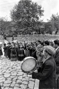 Vintage Pictures, Old Pictures, Old Photos, Dance Background, Greece Pictures, Greek History, Greek Music, Greek Culture, Vintage Italy