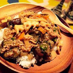 旬なタケノコをたくさん頂いたので、冷蔵庫で余っていた野菜を使っておかずを作ってた所、結局ごはんにのっけちゃいました〜(*^_^*)丼ものは楽ちん&美味しい〜♬ - 17件のもぐもぐ - 旬なタケノコと茄子や余り野菜とひき肉のあんかけごはん♡ by yusaoriria