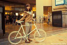 斉藤雪乃 FUJI COMET   シックでオシャレな装いに身を包み、街を自転車と徒歩で散策する新しい都市型イベント「ツイード・ウォーク&ライド神戸2012」が11月11日に旧居留地 神戸朝日ホール 1階ピロティ(メイン会場)で開催されました(主催:エシカル・サイクル・オーガニゼーション、共催:神戸ブランメル倶楽部、ザ・ウールマーク・カンパニー )。  http://enjoytheride.blog17.fc2.com/blog-entry-836.html