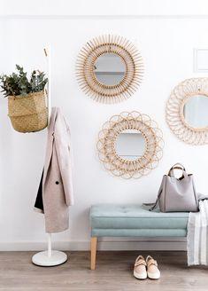 Espejos de rattan | Estos preciosos espejos completan la nueva colección de ratán Kenay Home. Siete modelos disponibles, no vas a saber con cual o cuales quedarte. Quedarán preciosos para hacer una composición en esa pared tan importante. #kenayhome #decoración #pared #rattan #ratán #espejos #hogar #recibidor #entrada #consola #dual #escalera #nussa #blanca #cota #perchero #soft #capazo #accis #banqueta #madera #natural #diseño #interior #nórdico #design