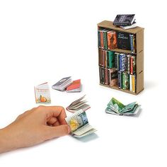 Create a tiny library of 30 miniature books, complete with bookcase. Dollhouse Kits, Victorian Dollhouse, Modern Dollhouse, Dollhouse Miniatures, Diy Dollhouse Books, Mini Choses, Mini Library, Mini Doll House, Mini Craft