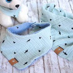Mit Musselin nähen - Dreieckstücher für Kinder - Cuchikind I am very much in love with this muslin fabric. Baby Knitting Patterns, Knitting For Kids, Knitting For Beginners, Baby Patterns, Crochet Patterns, Vêtements Goth Pastel, Vêtement Harris Tweed, Baby Towel, Tricot