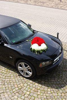 #Autoschmuck Hochzeit, #Hochzeitsdeko, Floristik, Nelken in rot und weiß, Autodeko, Doppelherz, #Herz aus Blumen  www.aber-mit-liebe.de/galerie.php
