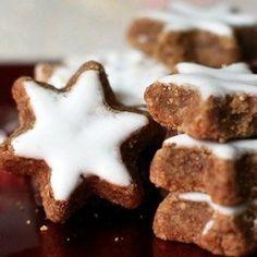 En Alsace, j'ai découvert le bredele. De bons petits biscuits parfumés à l'essence pure de Noël! Découvrez cette recette traditionnelle et délicieuse des étoiles à la cannelle. Avec leur joli glaçage blanc elles décoreront votre table de Noël comme des flocons de neige. L'alsace, tradition de Noël La période de Noël est sacrée en Alsace.…