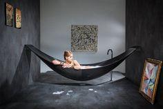 壁から吊るされたまるでハンモックのようなこちらのバスタブ。SplinterWorks社の「Vessel」は、ハンモックとお風呂、...