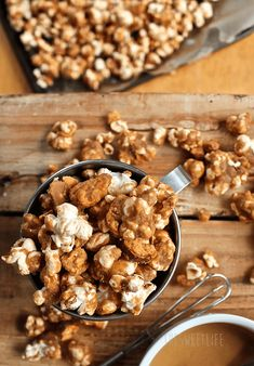 This vegan peanut butter Butterfingers popcorn is sweet and salty, covered in peanut butter and mixed with crushed Butterfingers for the ultimate snack. Vegan Popcorn, Peanut Butter Popcorn, Vegan Peanut Butter, Healthy Vegan Snacks, Vegan Appetizers, Vegan Treats, Vegan Food, Yummy Treats, Sweet Treats