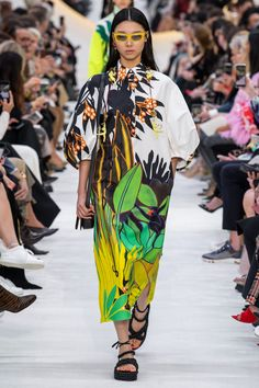 Valentino Spring 2020 Ready-to-Wear Fashion Show Collection: See the complete Valentino Spring 2020 Ready-to-Wear collection. Look 29 Valentino Couture, Valentino 2017, Valentino Gowns, Fashion 2020, Runway Fashion, Fashion Trends, Fashion Weeks, London Fashion, Fashion Show Collection