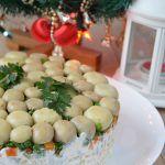 Sałatka królewska – jest hitem nie tylko na imprezy, ale świetnie się sprawdza jako sałatka na święta, czy po prostu jakokolacja lub sałatka do pracy :) Jeśli uwielbiacie seler konserwowy tak jak ja, to gorąco Wam ją polecam! :) Sałatka królewska – Składniki: ok. 360g polędwicy z indyka (można użyć innej, ulubionej wędliny) 1 puszka […]