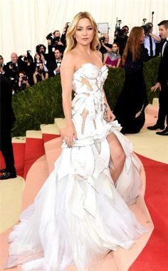 Em gái Kim Kardashian phô đường cong với váy đan dây