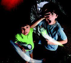 Como acampar em casa com as crianças: lanterna, barraca, criatividade e mãos à obra!