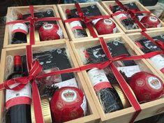 Fino arreglo de vino, queso y jamón serrano para regalos corporativos.  www.lacanasteria.com.mx