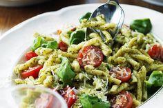 En härlig pastasallad i både färg och smak med pesto, cocktailtomater och parmesan. Pesto Pasta, Pasta Salad, Food For The Gods, New Year's Food, Swedish Recipes, What To Cook, Meal Prep, Food Porn, Food And Drink