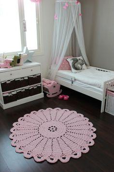 tapete de barbante croche no quarto infantil ambiente decorado circular rosa bebe nórdico escandinavo