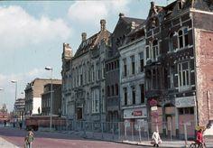 Gezicht op de voor sloop bestemde panden Leidseweg 6 (rechts) -lager te Utrecht, met links van het midden het pand van levensverzekeringsmaatschappij De Utrecht (Leidseweg 2) in 1974