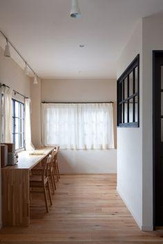 <p>カーテンレールも内窓もアイアン製。室内窓も黒で仕上げて統一感のある空間に。</p>