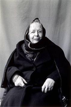 Une grande dame que Marguerite Yourcenar. Ma mémoire est habitée de tant de beaux souvenirs de lectures, mémoire d'Hadrien, L'œuvre au noir, et tant d'autres.