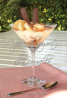 Coppa di yogurt cannella cereali banana, dolce al cucchiaio