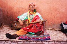 Una imagen de un #músico tomada en la #medina de #Marrakech