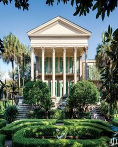 An antebellum landmark built in the early the Isaac Jenkins Mikell house in Charleston, South Carolina, is owned by Patricia Altschul who commissioned designer Mario Buatta to revamp the interiors. Carolina Do Sul, South Carolina Homes, Charleston South Carolina, Southern Mansions, Southern Homes, Southern Charm, Southern Plantations, Southern Style, Southern Comfort