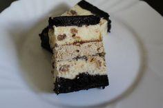 Сирник.Шоколадний бісквіт ,сир з горішками,ізюмом,апельсинові цукати та мак. Перекладається кремом масляним з кавою.