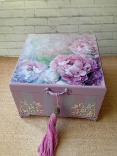 Decoupage Box, Decoupage Vintage, Diy Crafts For Gifts, Crafts To Make And Sell, Wooden Memory Box, Funky Painted Furniture, Art Drawings For Kids, Painted Boxes, Seashell Crafts