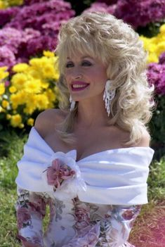 This is one of the prettiest pictures of her I've ever seen.  Dolly Parton.  she's got moxie