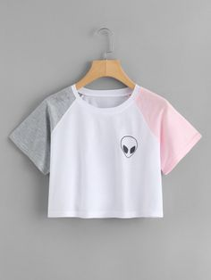 Shop Alien Print Contrast Sleeve Crop Tee at ROMWE, discover more fashion styles online. Crop Top Outfits, Cute Casual Outfits, Stylish Outfits, Girls Crop Tops, Cute Crop Tops, Belly Shirts, Vetement Fashion, Teen Fashion Outfits, Kawaii Clothes