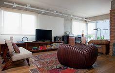 O apartamento decorado pelo arquiteto Gustavo Calazans tem materiais rústicos, como o concreto aparente, a madeira de demolição e os tijolos à vista. O resultado ficou jovem e masculino